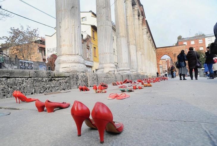 Fin-2012-Milan-chaussures-femmes-couleur-rouge-deposees-afin-protester-contre-violence-faite-femmes_2_730_491